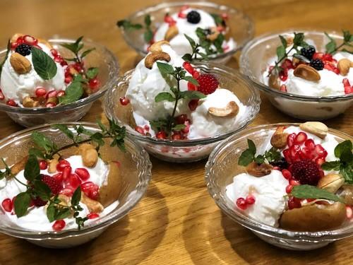 Десерт из запеченных на гриле груш и мороженого