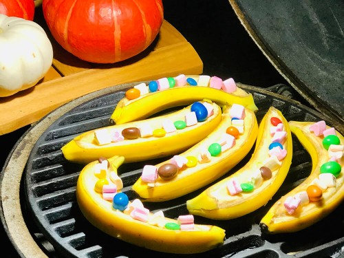 Десерты на гриле - бананы и яблоки с маршмелоу