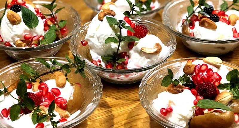 Десерт з запечених на грилі груш і морозива